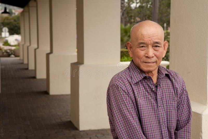 Bejaarde Aziatische mens stock foto's