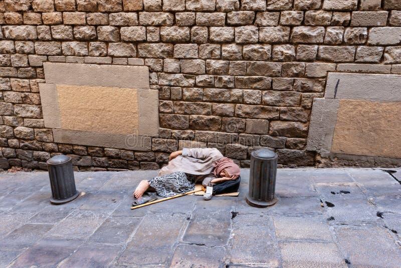 Bejaarde Bedelaar Waiting voor Aalmoes - Barcelona Spanje stock foto
