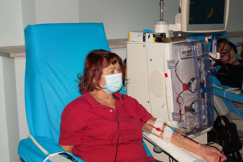 Bejaarde bij de dialyse in het ziekenhuis stock afbeeldingen