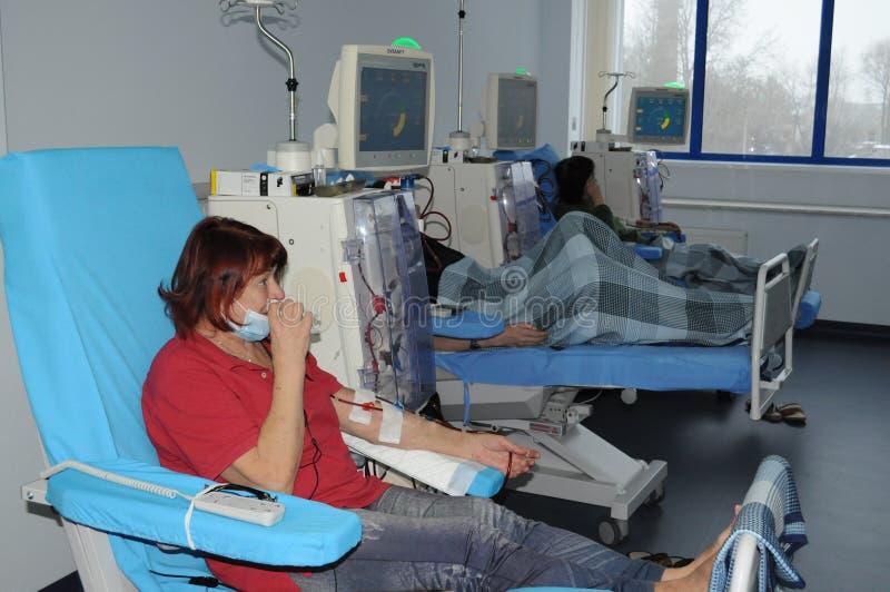 Bejaarde bij de dialyse in het ziekenhuis royalty-vrije stock foto's