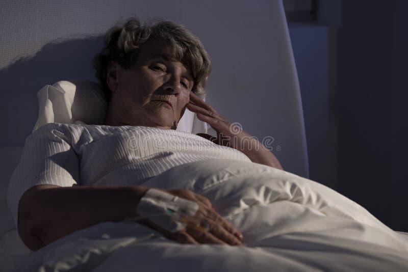 Bejaarde dame alleen in het ziekenhuis royalty-vrije stock fotografie