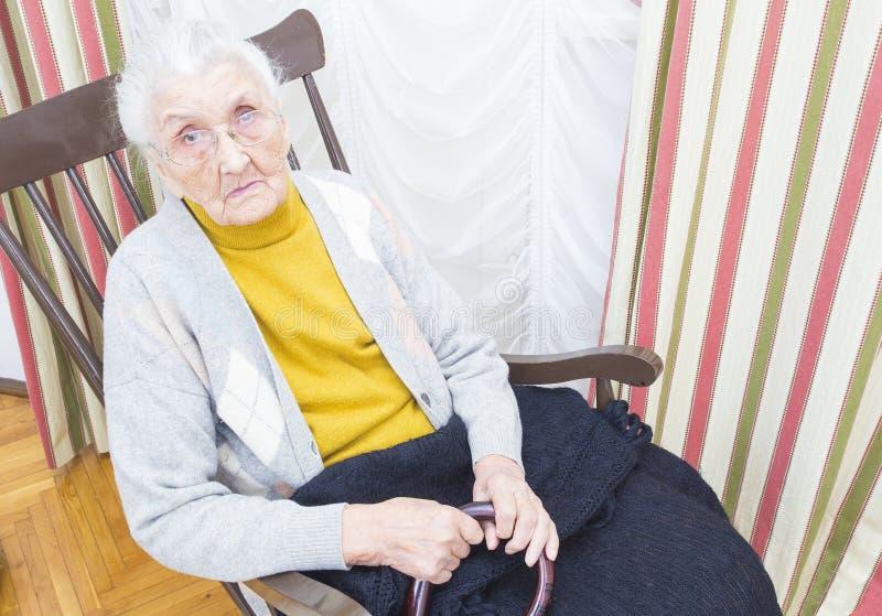 Bejaarde dame als voorzitter royalty-vrije stock foto's