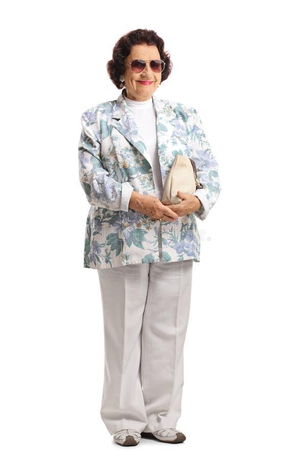 Bejaarde dame met zonnebril en beurs het glimlachen stock foto's