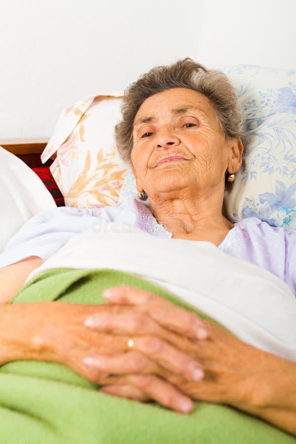 Bejaarde Dame Praying stock fotografie