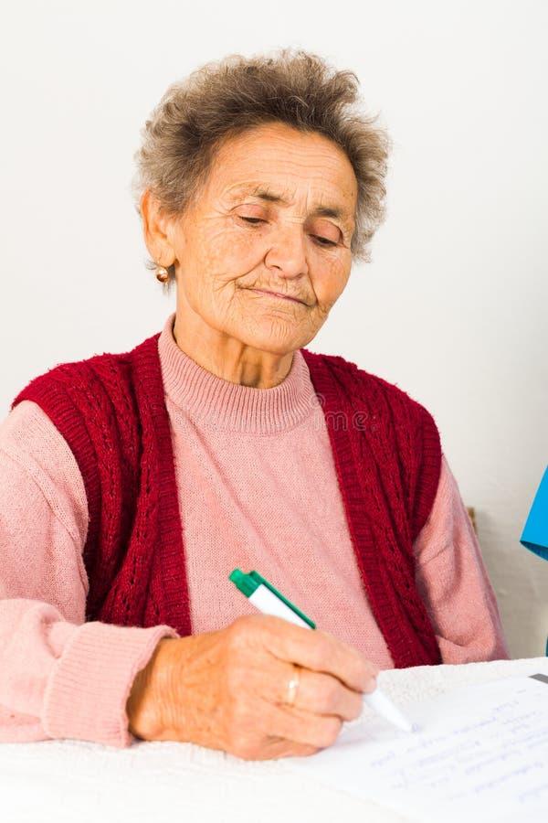 Bejaarde Dame Signing Contract stock foto
