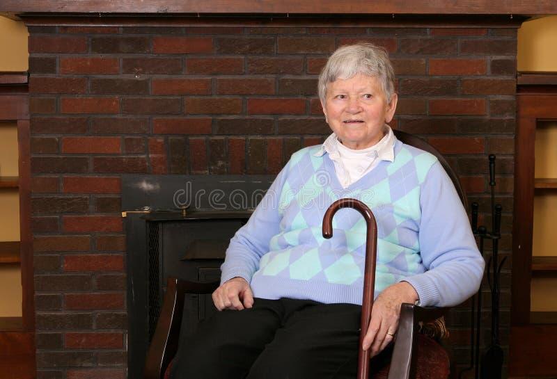 Bejaarde damezitting royalty-vrije stock afbeeldingen