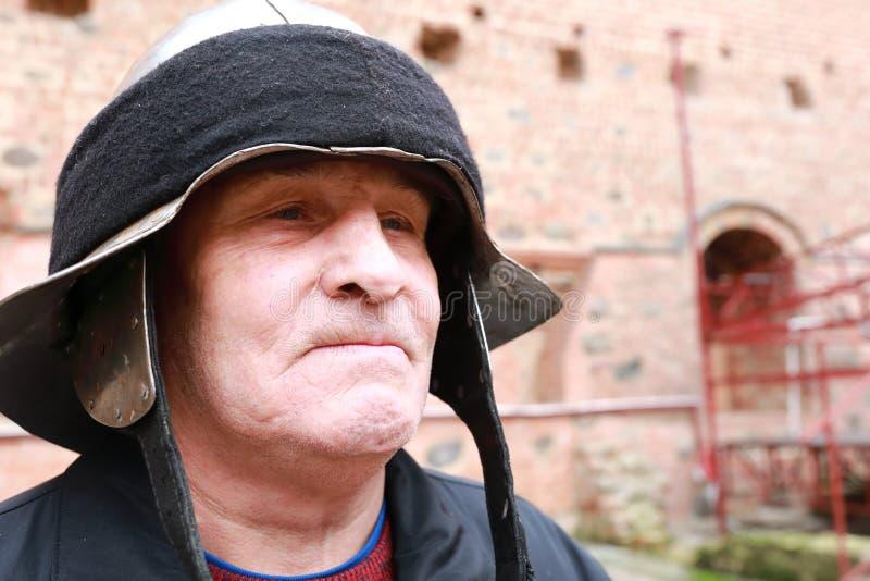 Bejaarde in de helm van de ridder royalty-vrije stock foto's