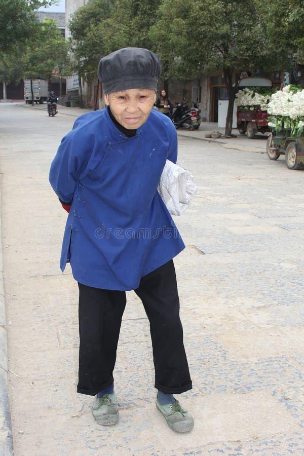 Bejaarde in dichte omhooggaand in de oude stad Daxu dichtbij Guilin in China royalty-vrije stock afbeelding