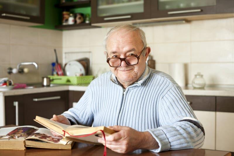 Bejaarde die een boek leest royalty-vrije stock foto
