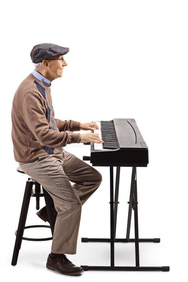 Bejaarde die een digitale piano spelen royalty-vrije stock afbeelding