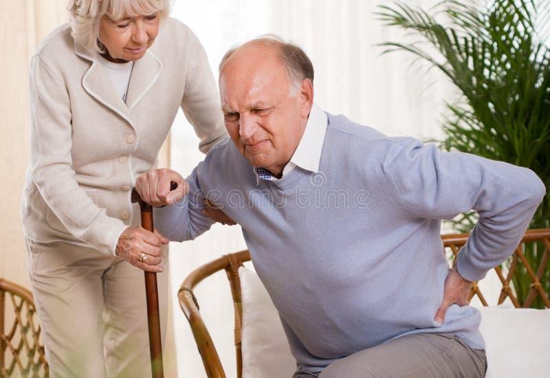 Bejaarde die een rugpijn hebben royalty-vrije stock foto