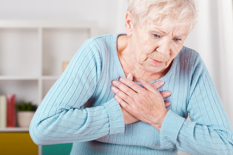Bejaarde die hartaanval hebben stock foto's
