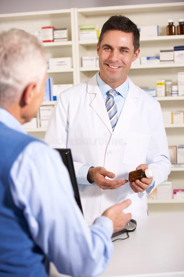 Bejaarde die met Amerikaanse apotheker spreekt