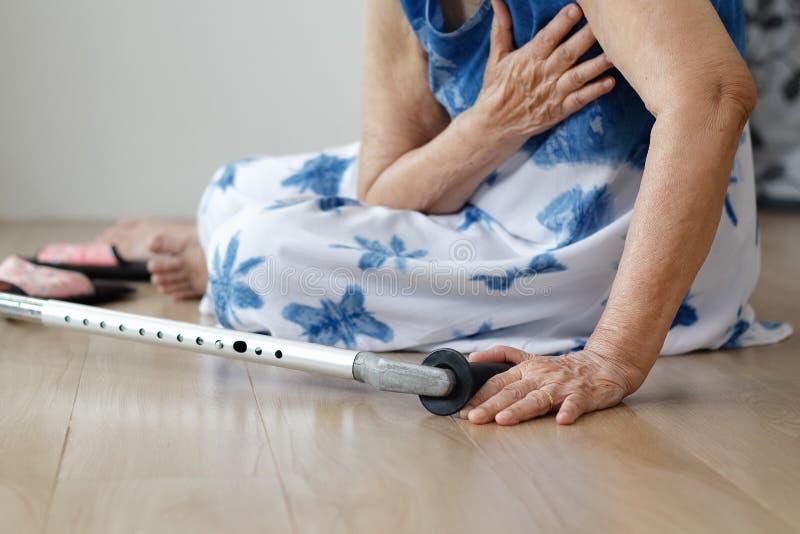 Bejaarde die neer, haardaanval thuis vallen stock foto's