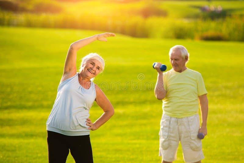 Bejaarde die oefening doen stock afbeelding