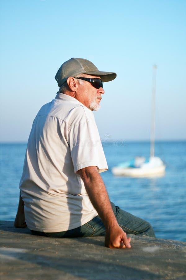 Bejaarde door het overzees royalty-vrije stock afbeelding