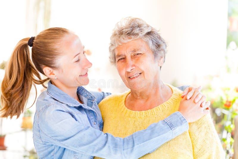 Bejaarde en haar dochter stock foto