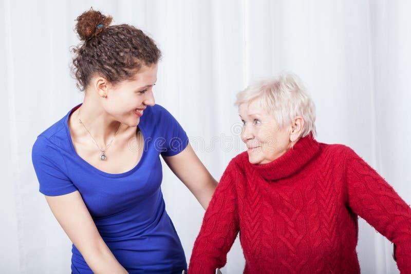 Bejaarde en haar glimlachende kleindochter stock afbeeldingen