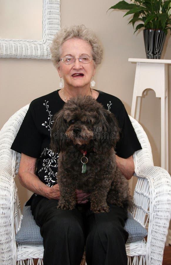 Bejaarde en Haar Hond royalty-vrije stock fotografie