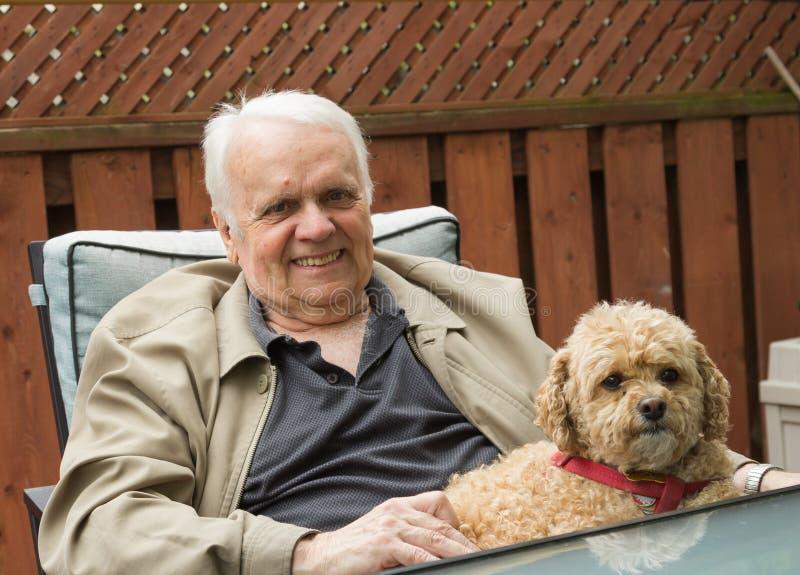 Bejaarde en Hond stock afbeeldingen