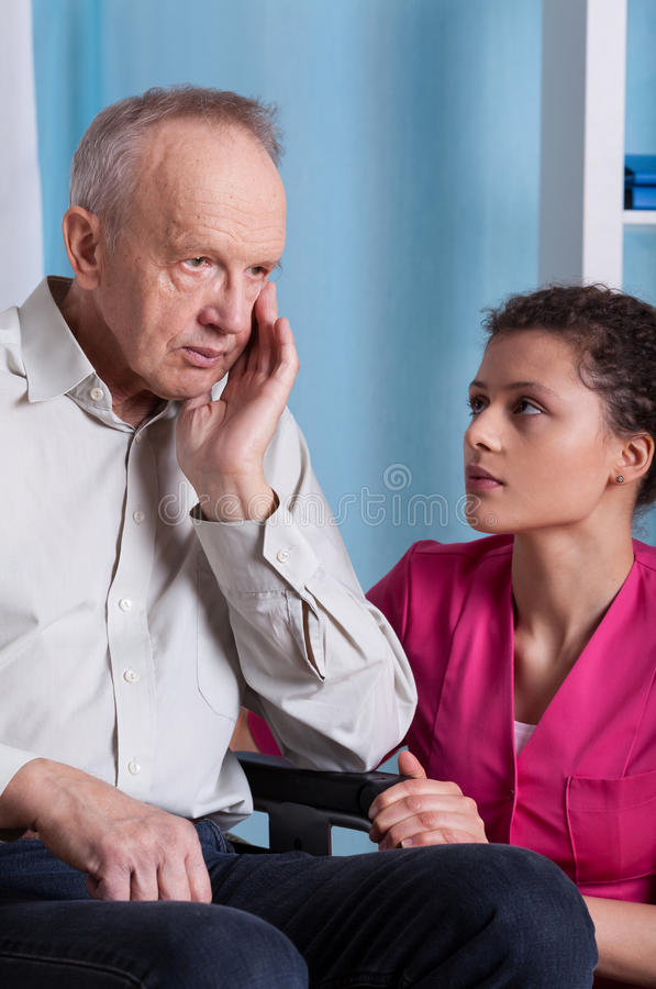 Bejaarde en verpleegster stock fotografie