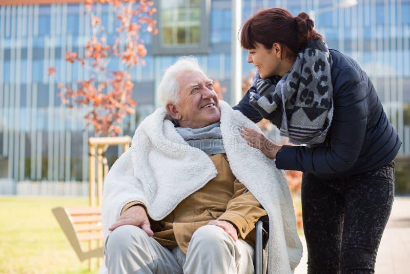 Bejaarde en zijn dochter stock fotografie