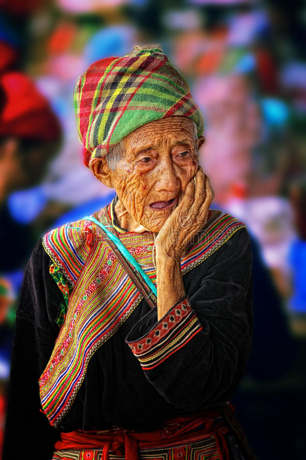Bejaarde etnische vrouw in Bac Ha Market in Vietnam royalty-vrije stock fotografie