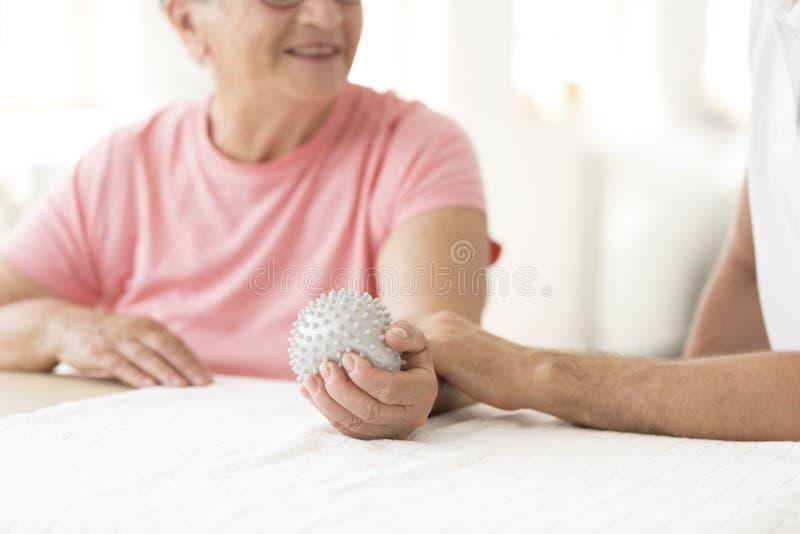 Bejaarde geduldige holdings grijze bal stock afbeeldingen