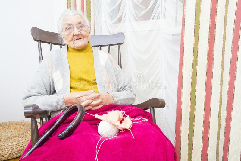 Bejaarde goed doorgebrachte dame` s tijd stock fotografie