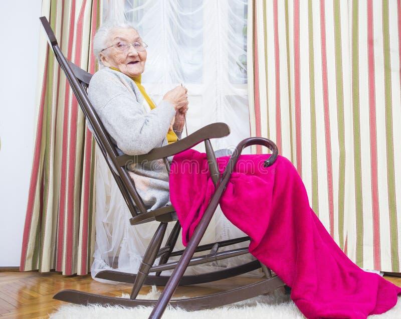 Bejaarde goed doorgebrachte dame` s tijd royalty-vrije stock afbeelding