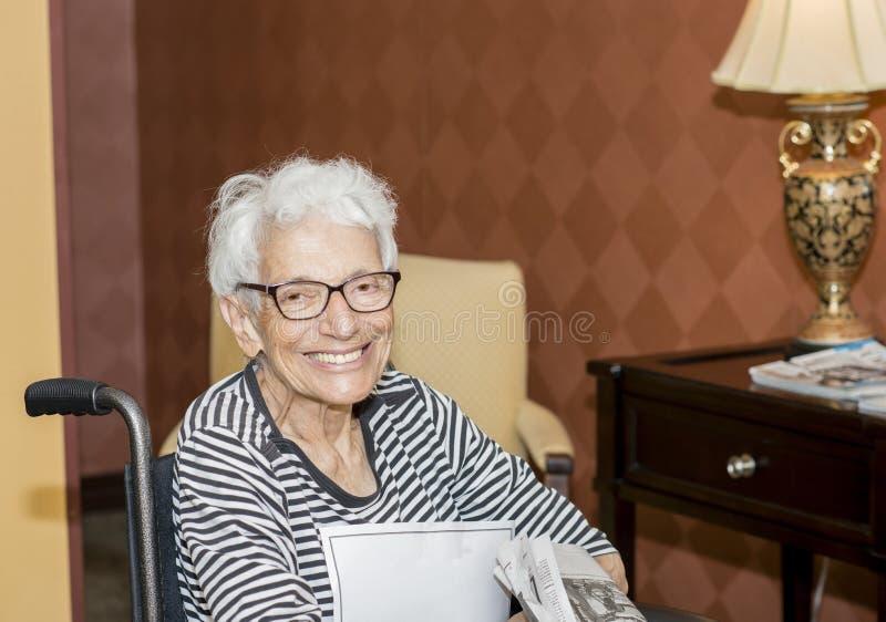 Bejaarde in haar Rolstoel bij een Pensioneringshuis stock afbeeldingen