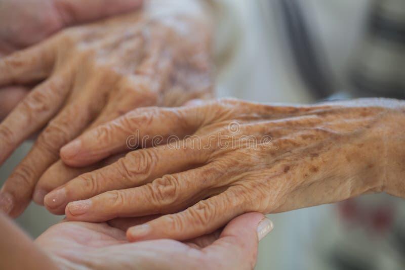 Bejaarde handen royalty-vrije stock foto's