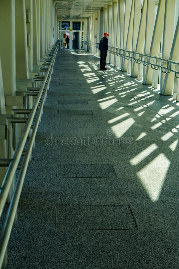 Bejaarde Heer die over een Voetgangersbrug lopen - 2 stock fotografie