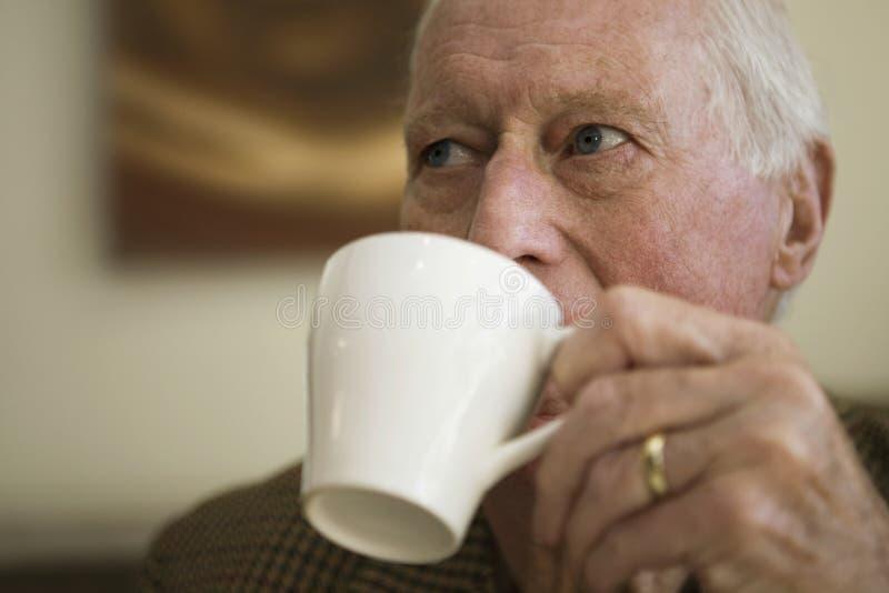 Bejaarde het Drinken Koffie stock foto's