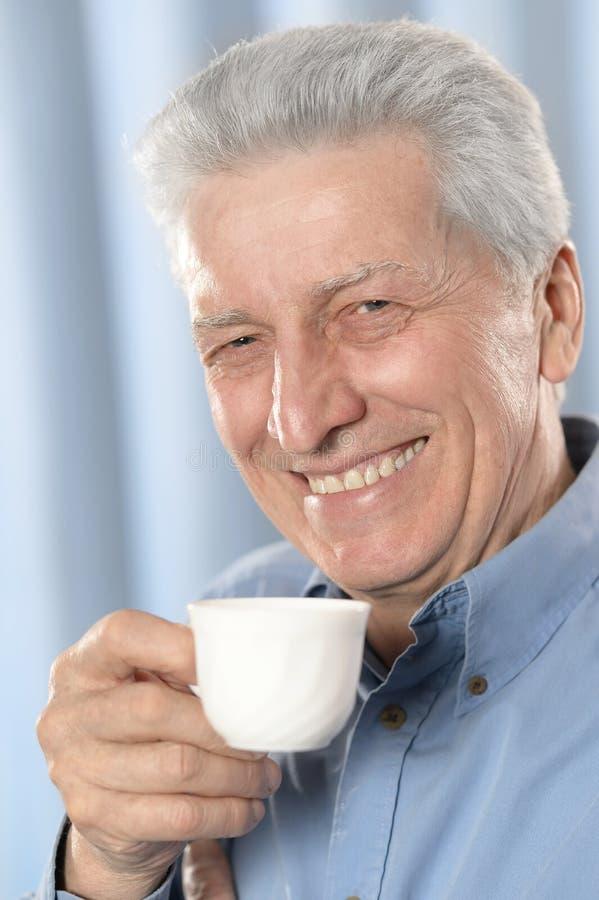 Bejaarde het drinken kop van koffie royalty-vrije stock afbeeldingen