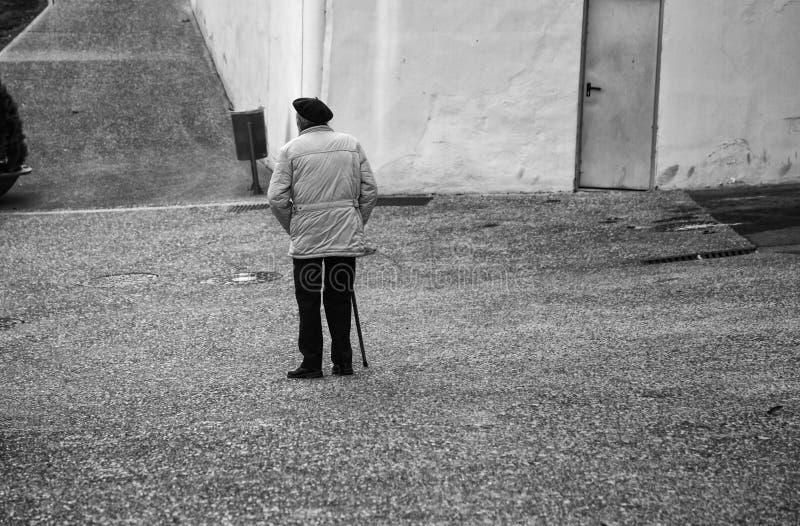Bejaarde het lopen straat royalty-vrije stock foto's