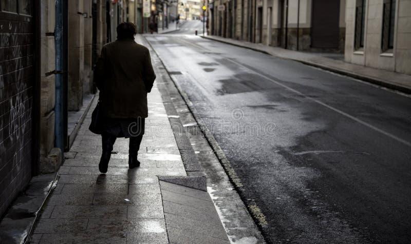 Bejaarde het lopen straat stock foto's