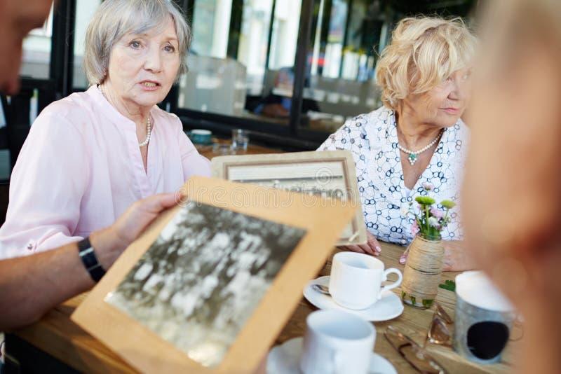 Bejaarde het vertellen verhaal stock foto's