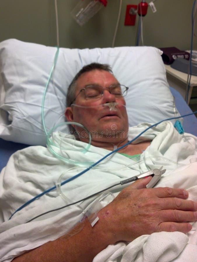 Bejaarde in het ziekenhuis stock fotografie