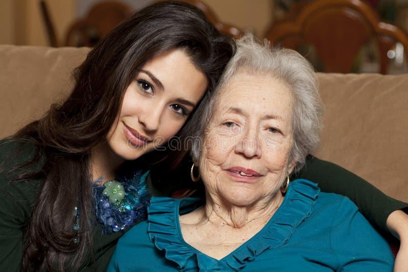 Bejaarde Hogere Grootmoeder en Kleindochter stock foto