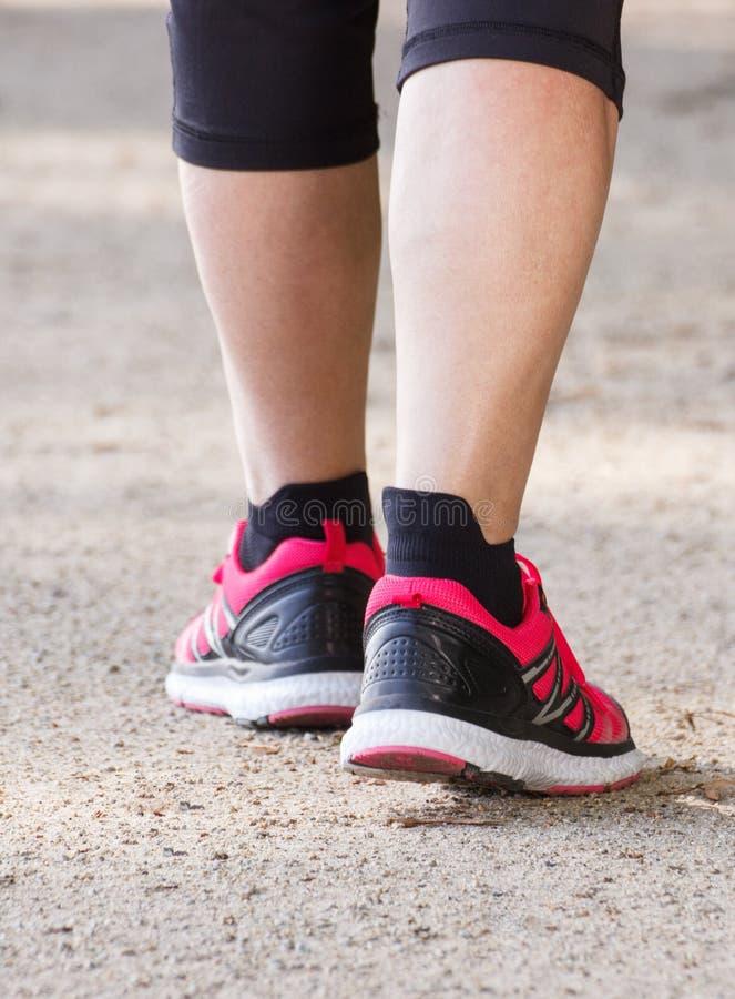 Bejaarde hogere vrouw die op wandelingssleep lopen, sportieve levensstijlen in oude dag royalty-vrije stock afbeeldingen