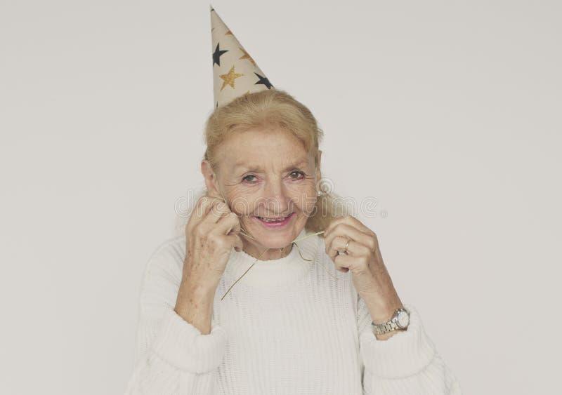 Bejaarde hogere vrouw die partijhoed solo dragen royalty-vrije stock fotografie