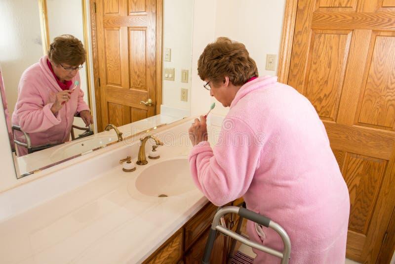 Bejaarde Hogere Vrouw het Borstelen Tanden royalty-vrije stock afbeeldingen
