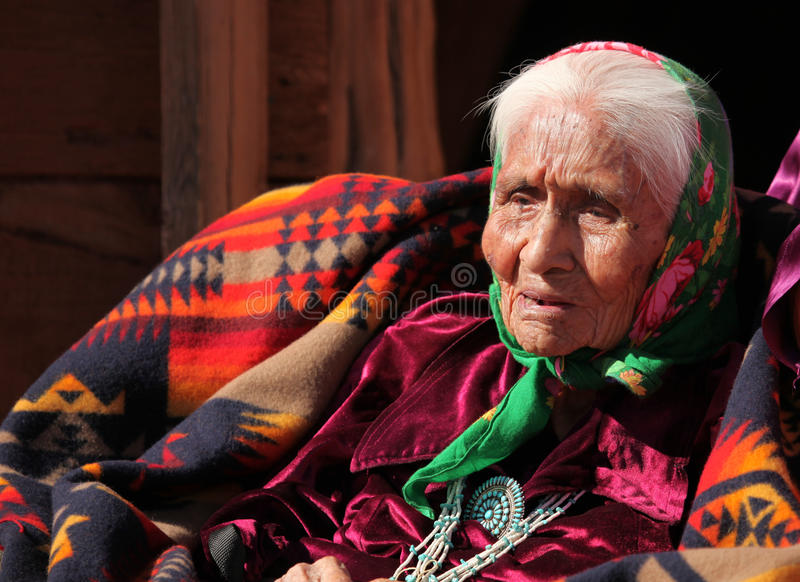 Bejaarde Inheemse Amerikaanse Vrouw royalty-vrije stock afbeeldingen