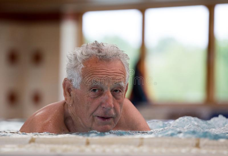 Bejaarde in Jacuzzi royalty-vrije stock afbeeldingen