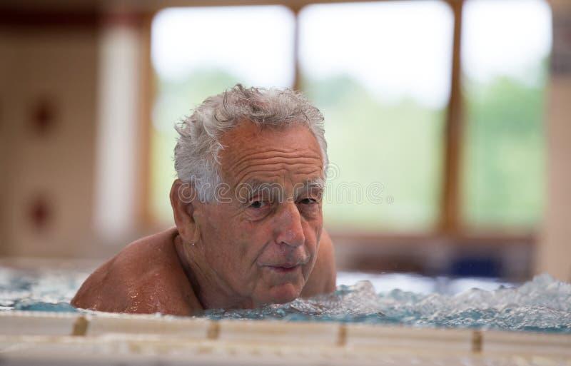 Bejaarde in Jacuzzi royalty-vrije stock foto