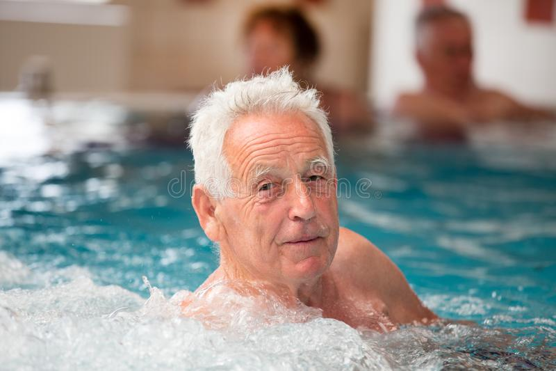 Bejaarde in Jacuzzi royalty-vrije stock afbeelding