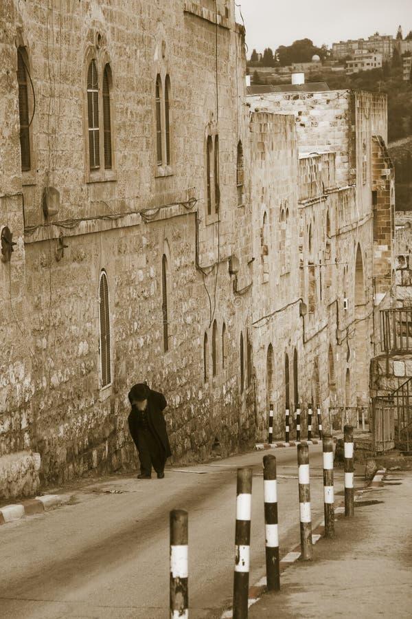 Bejaarde Joodse mens die aan de Oude Stad beklimt stock fotografie