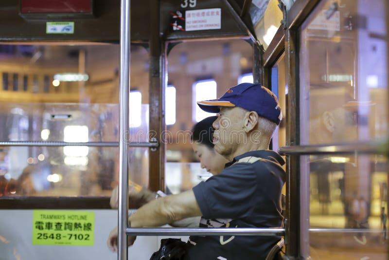 Bejaarde mannelijke passagier bij nacht stock foto