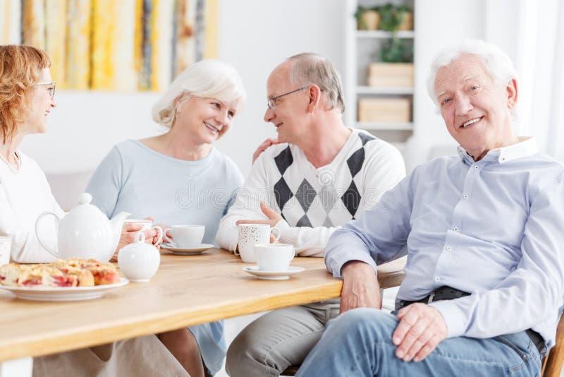 Bejaarde mensen bij verpleeghuis royalty-vrije stock foto